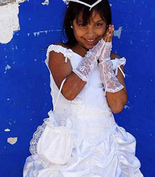 Holy-Communion-in-Cartagena-Colombia-photograph-outside-the-Church1-yes-350×400