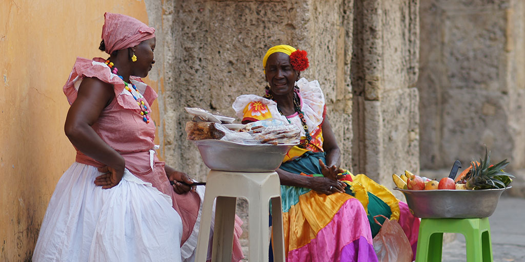 Palenquera's outside Cartagena Cathedral